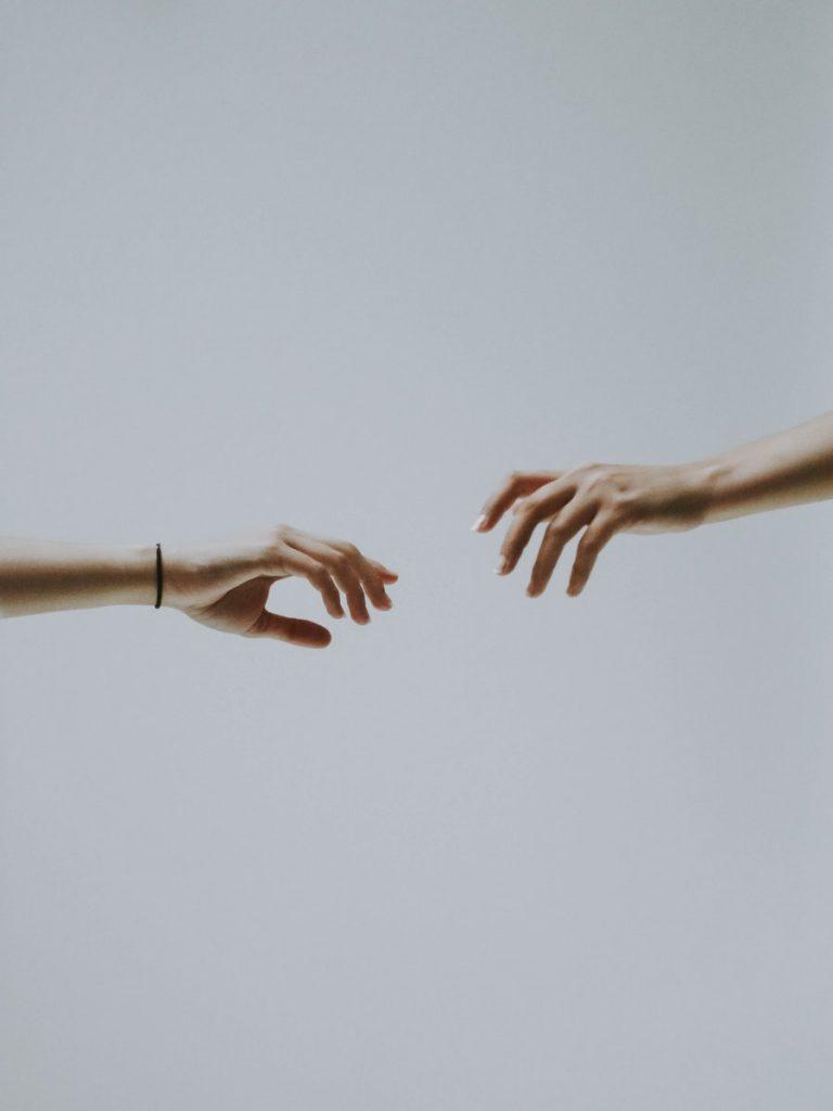 Dvi rankos siekia viena kitos