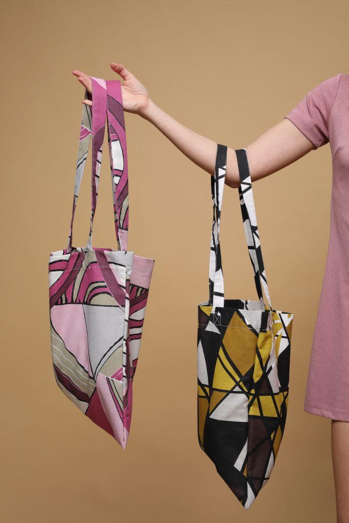 Mergina laiko du maišelius iš perdirbtų medžiagų