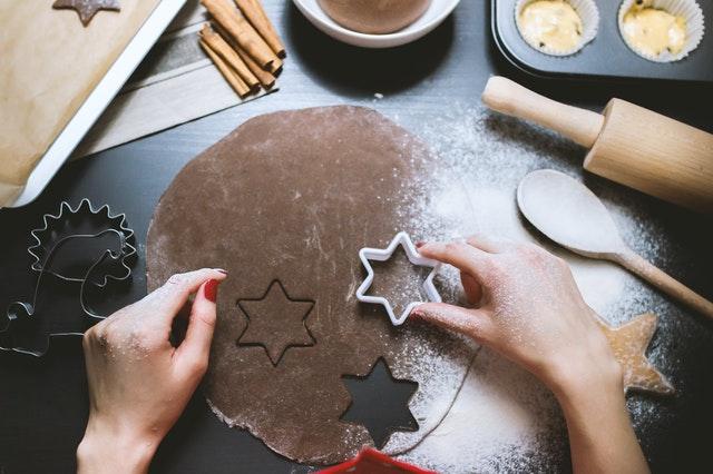 Gaminama kalėdinė dovana imbieriniai sausainiai